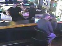 バーに強盗が押し入ってもイチャつくのをやめないカップルが強すぎるwww