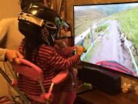 三輪車に乗る娘にマウンテンバイクを体験させるお父さん