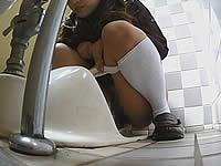 女子校生の排尿姿を至近距離から盗撮!