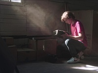 倉庫に眠っていたゲーム機の中で死んだ父親と再会した少年