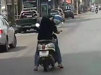 ものすごい姿勢でスクーターを居眠り運転している男性が危なすぎィ!