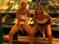 お店の商品をアソコに突っ込むマジキチな外国人女性たち