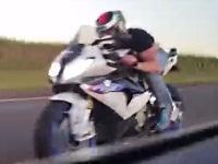 時速300km以上で走っているポルシェを追い抜くバイク