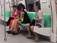 電車内でオナニーをしている男を発見!