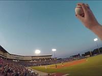 野球を撮影していたらファウルボールが飛んできたので片手でキャッチした男の視点映像