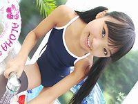 U-15の少女がスク水&ニーハイ姿でポーズをとるだけの微笑ましい映像