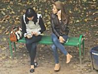 ベンチで携帯電話をいじる対照的な女の子たち