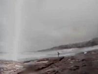 サーフィンしようと海岸にやってきたカップルの近くに雷が落ちる