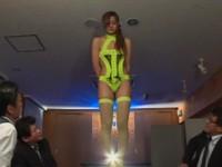 ランジェリー会社の会議中に下着モデルをやらされるハメになった美人OL