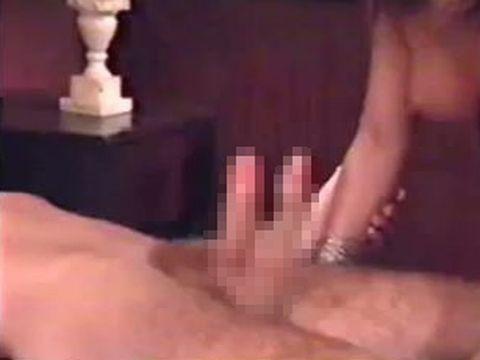 フェイクか本物か!? ペニスを2本もつ男のセックス動画