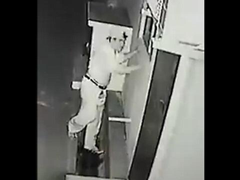 防犯カメラが捉えた!排水管とエッチをする男性