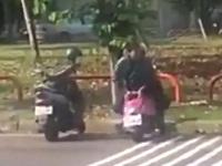 女の子のスクーターのシートにチ●コを擦りつけてオナニーする男性
