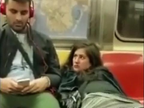 電車内で乗客を見つめながらオナニーするマジキチなお姉さん