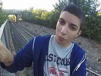 命知らずな少年が電車が通過する直前に線路に潜り込んだ結果...