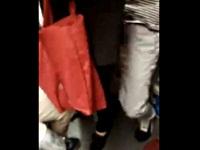 電車内で局部を出して女性のお尻に擦りつける痴漢男