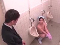 トイレ掃除が終わった巨乳清掃員が小便器の横で腰かけて休憩してたwwww