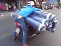 バイクに大量のカーペットを積んで走る男が無謀すぎるwww