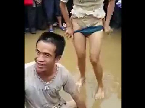 成人になったお祝いで女性(熟女)のアソコを舐めさせられる男性