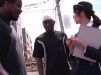 駐車禁止を取り締まってると黒人たちから拉致されて中出しレイプされた婦人警官