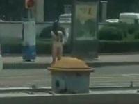 ヒッチハイクを無視されて服を脱ぐお姉さん
