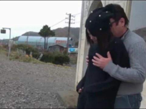 【無修正】道産子のパイパン娘と無人駅(ほぼ野外)で中出しSEXしてみた