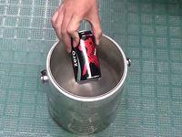 液体窒素の中にコーラの缶を入れたらどうなるの?っと...