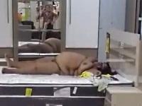 お店の展示品のベッドで横になる全裸女性