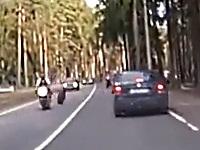 対向車から外れたタイヤが車にはねられてバイクにあたる