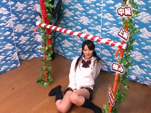 最高賞金は10万円!女子校生にミニスカのままリンボーダンスに挑戦してもらった!