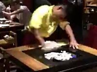 まるでカンフー!テーブルの拭き方が激しい店員さん