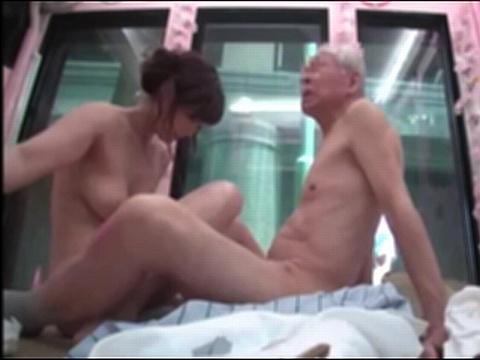 ジジイの欲望爆発!マジックミラー便の中で息子の巨乳嫁と二人きり!