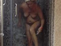 お風呂に入る妹を隠し撮るつもりだったのにお母さんが撮れちゃった