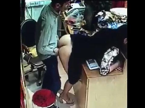 レジカウンターでショップのオーナーと女性従業員が立ちバックでエッチ