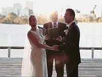 まるでコメディドラマのワンシーン!?結婚式中に起きた可愛らしい珍事