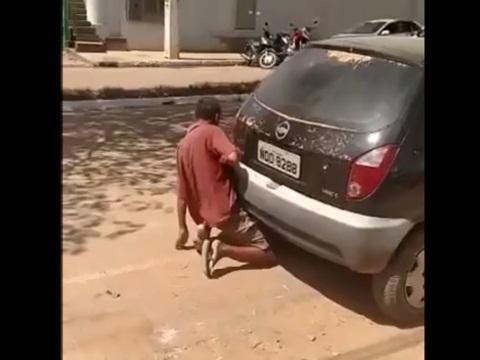 車のマフラーとセックスする男性