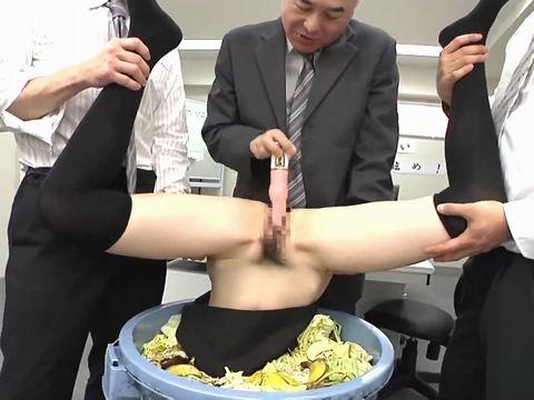 ミスをした女性社員にはイラマチオの制裁がまちうけている鬼畜オフィス