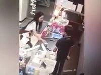 コンビニでトイレの貸出を拒否された女が怒りの抗議で店内放尿&飲尿!!!