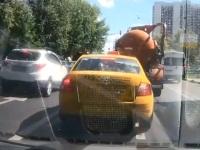 公道でバキュームカーが破裂するハプニング