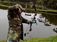 弓矢で魚を釣るスゴ腕の男性