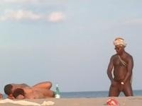 ヌーディストビーチでチ●コを触っている男