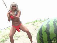 水着の黒ギャルがマ●コにバイブ固定したままスイカ割りに挑戦!失敗したら中出し罰ゲーム!