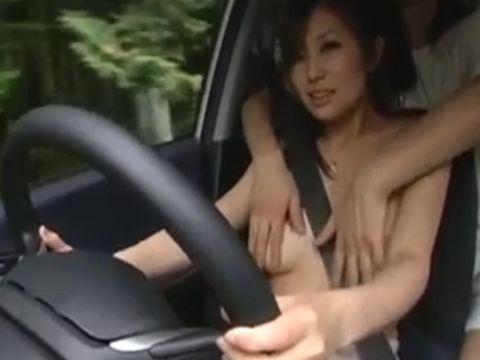 免許取り立ての人妻の車に乗って運転中に乳揉みしたり中出ししたり