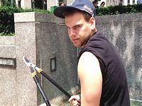 枝切りばさみで他人の自撮り棒を次々と切断していく男が危険すぎるwww
