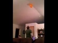 天井にある風船をとんでもないやり方で取る男性