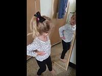 鏡の前で「私は可愛い!」と連呼しながらポーズをとる幼女が本当に可愛い