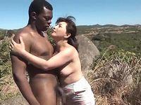 チ●ポ大好き淫乱熟女がアフリカ原住民の童貞青年に筆おろし!