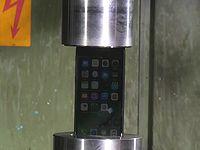 iPhone7に油圧プレス機で圧力をかけたらどうなるの?っと...
