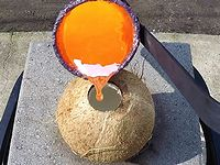 硬くて丈夫なココナッツの殻にドロドロに溶けた銅を流し込んだらどうなるか?