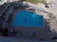 ホテルの屋上からプールにダイブするマジキチな男性
