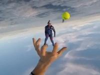 スカイダイビングをしながらキャッチボールをしてみた